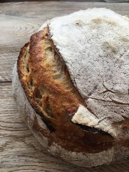 Chleb pszenny na żytnim zakwasie, z gara żeliwnego