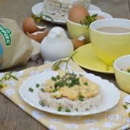 Jajecznica z koperkiem i szczypiorkiem podana na waflach ryżowych