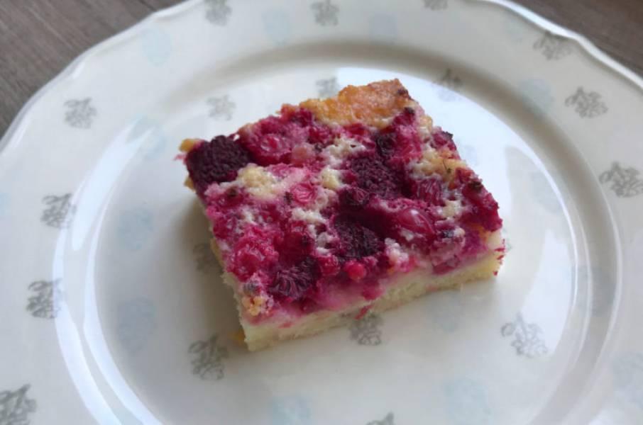 Jogurtowe ciasto ucierane z porzeczkami i malinami