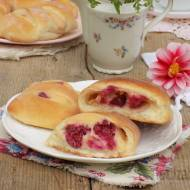 Drożdżówki z białym serem i wiśniami