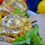 Chrupiąca mozzarella faszerowana oscypkiem i łososiem, podana na chrzanowej grzance