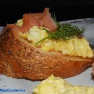 Grzanki z truflową pastą jajeczną z łososiem