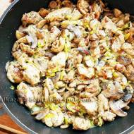 Mięso z nogi kurczaka duszone z porem i pieczarkami