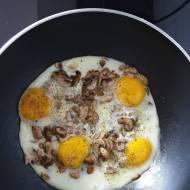 Sadzone jajka na pieczarkach