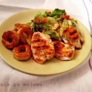 Grillowany kurczak na sałacie i bajgle. Zdrowa i pyszna kolacja.