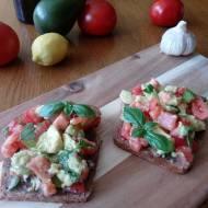 Grzanki z awokado i pomidorem