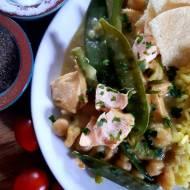 Zielone curry z łososiem, krewetkami oraz cieciorką – oryginalne danie jednogarnkowe z rybą