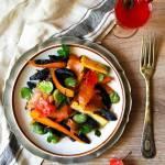 Bezglutenowe czarne kluseczki z łososiemi, młodymi warzywami i miętą