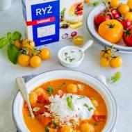 Zupa z kolorowych pomidorów z ryżem i ziołową śmietaną