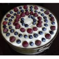 Fioletowy tort z masą jogurtową z borówkami