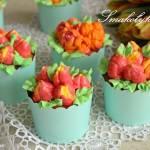 Babeczki z maślanymi kwiatkami