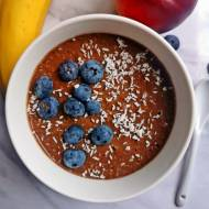 Czekoladowy bowl z letnimi owocami