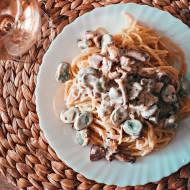 Spaghetti a'la carbonara z dodatkiem bobu i kurek