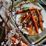 Młoda marchewka karmelizowana z cebulą.