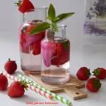Woda smakowa z truskawakmi, płatkami róży i miętą