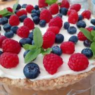 Tarta z białą czekoladą,bitą śmietaną i owocami