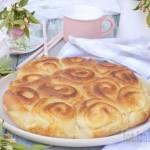 Odrywane bułeczki drożdżowe na kremówce z serem białym