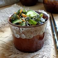 Sałatka z wodorostów wakame z ogórkiem i marchewką