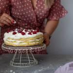 Tort z bitą śmietaną, malinami i bezami