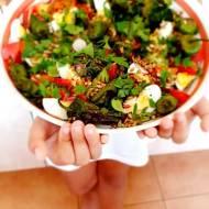 Pimientos de Padrón z brokułami i jajem, pyszna sałatka do grilla