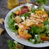 Sałatka z grillowanym kurczakiem i brzoskwiniami
