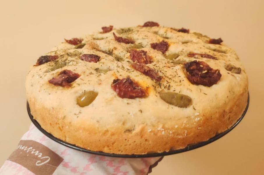 Focaccia z oliwkami i suszonymi pomidorami