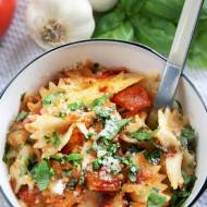 Makaron smażony z pomidorami i bazylią