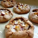 Mini galette z mąki żytniej ze śliwkami