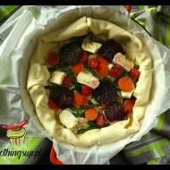 Francuska tarta z warzywami, wędzonym łososiem i serami