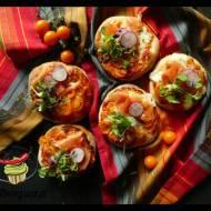 Pizzerinki z sosem pomidorowym i wędzonym łososiem