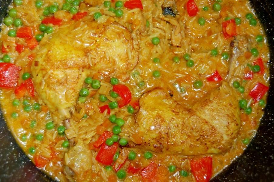 Kurczak duszony z makaronem orzo, pyszny jednogarnkowiec