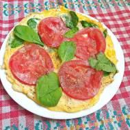 Omlet ze szpinakiem i pomidorem