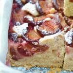 Puszyste ciasto ze śliwkami i cynamonem