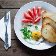 Jajko na twardo z grzankami i pomidorami
