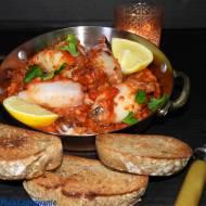 Kalmary nadziewane sorgo z grzankami i sosem pomidorowym