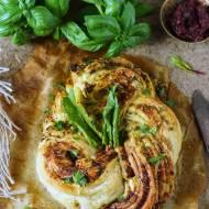 Wianuszek z ciasta francuskiego z pesto z botwinki z gorgonzola