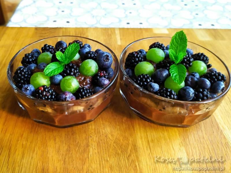 Deser czekoladowy z awokado i bananami oraz owocami sezonowymi