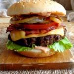 Burger wołowy z grillowaną cebulą