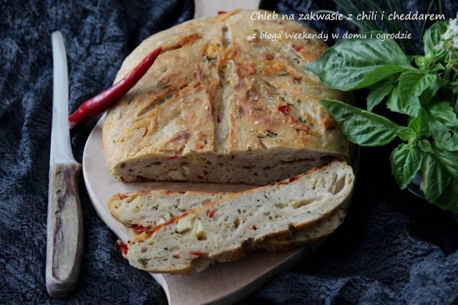 Chleb na zakwasie z chili i cheddarem