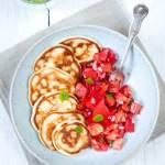 Placki z halloumi i pomidorową sałatką