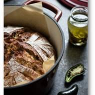Chleb na zakwasie z jalapeño, cheddarem i szczypiorkiem