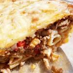Zapiekanka makaronowa z mięsem mielonym, papryką, pomidorami i marynowanymi kolbami kukurydzy