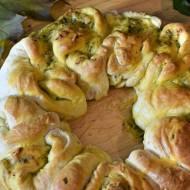 Rustykalny chlebek z masłem czosnkowo ziołowym