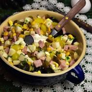 Sałatka owocowo-warzywna z marynowaną cebulką