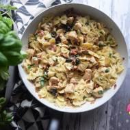 Makaron z kurczakiem, suszonym pomidorem i oliwkami w sosie śmietanowym