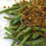 Fasolka szparagowa z cebulą i za'atarową posypką