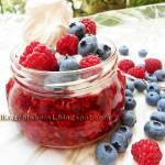 Kisiel malinowy domowy z owocami, bitą śmietaną i bezikiem