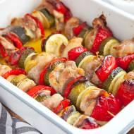 Szaszłyki z kurczaka i warzyw, które robi się w piekarniku. PRZEPIS