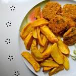 Kotleciki z czerwonej soczewicy i płatków ryżowych z pieczonymi ziemniaczkami i sałatką z ogórka w sosie miętowym