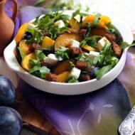 Sałatka z rukoli z brzoskwiniami, śliwkami i fetą